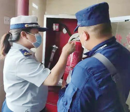 消防人员检查灭火设施是否完好、有效