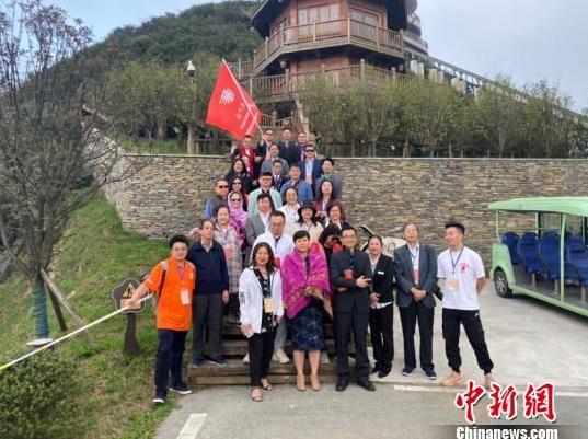 图为华文媒体代表在六盘水梅花山景区合影留念。 刘鹏 摄