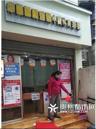 销售人员正在对店内店外进行消毒。