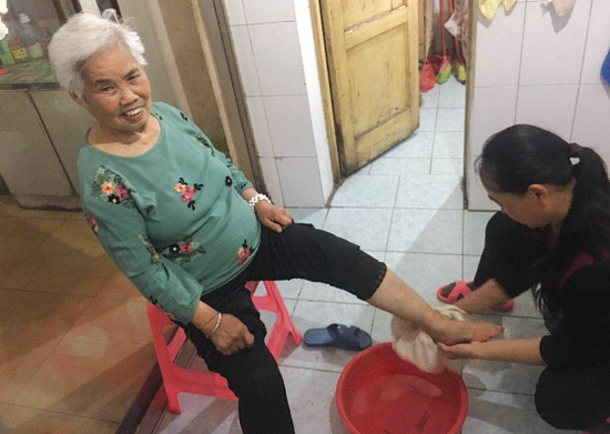 张洪梅给婆婆翁桂香洗脚