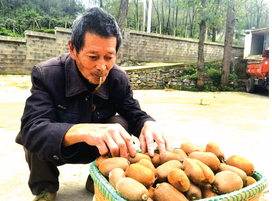 汪忠林老人每天还能做些手上活。