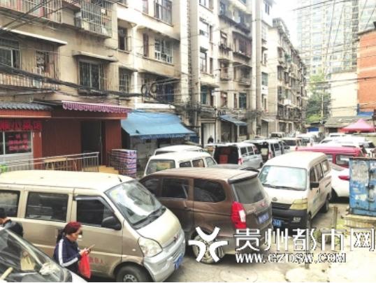 农贸市场左边的居民楼下,横七竖八的停满了车,消防通道被完全堵死。