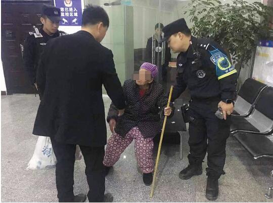 老人的儿子将其接回家。(警方供图)