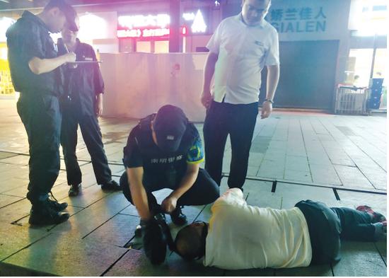 民警救助醉酒的老人