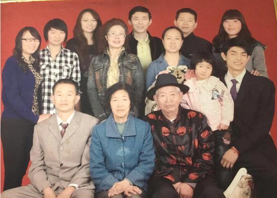 2008年拍摄的全家福。