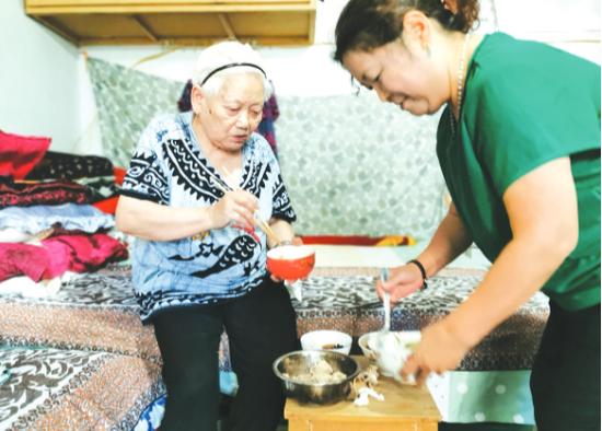 58岁的她 义务照顾83岁的她