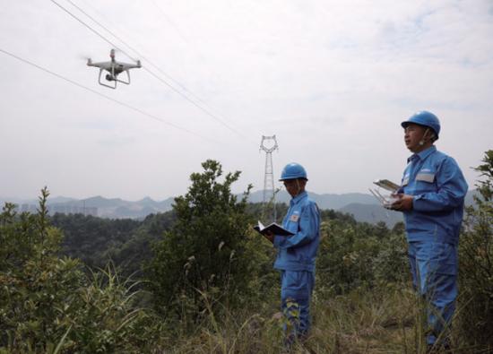 工作人员运用无人机进行线路巡检。