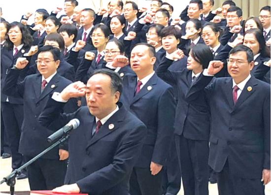 省检察院检察官重温宪法誓词。