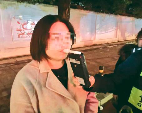 """朋友聚会喊她去帮忙 女司机先喝一瓶再""""代驾"""""""