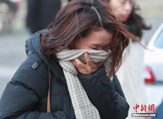 资料图:一位女士在北京寒冷天气中出行。中新社记者 贾天勇 摄