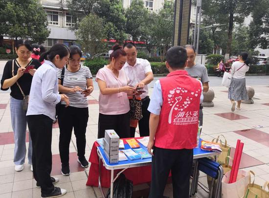 邮储银行剑河县支行积极开展反假货币宣传月活动