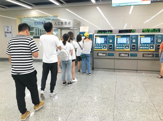 中山西路站扫码买票排长队。