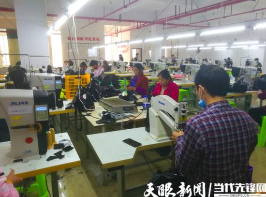 黎平县永扬鞋业扶贫车间内工人紧张有序开展工作
