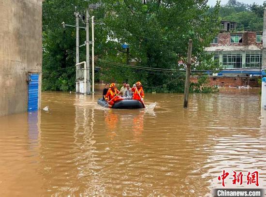 贵州暴雨,消防进行救援。贵州省消防救援总队供图