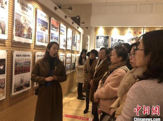 """图为此次""""省政府开放日""""公众代表参观贵州省政府陈列室。 杨茜 摄"""