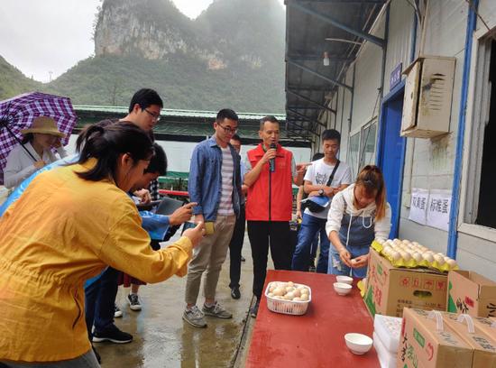 大营村驻村第一书记(右三)正在向记者介绍双黄蛋生产情况