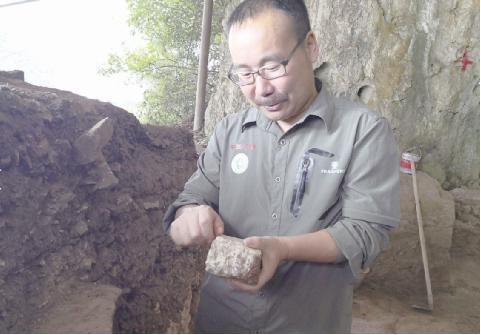 付永旭示范古人类制作和打制石器。