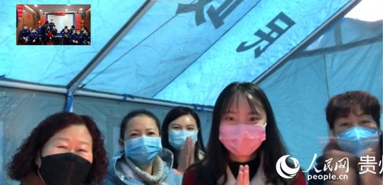 韩小瑶(右二)在镜头前。正安县消防救援大队供图