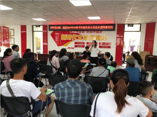 关岭县妇联到易地扶贫搬迁点同康社区举行家庭教育大讲堂活动