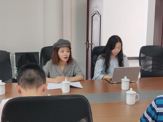 新浪贵州执行总经理赵娜(左)