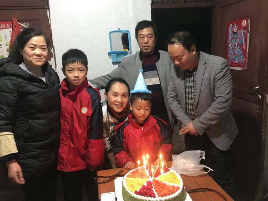王扬苛(中间)给徐骏鹏(蛋糕前)过生日