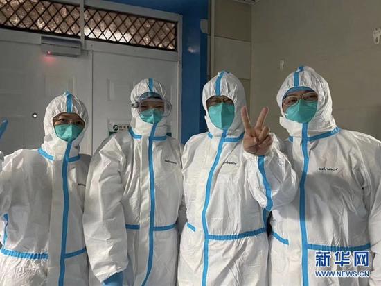 2月1日,华中科技大学同济医学院附属同济医院急诊科副主任医师严丽(右一)与同事合影。新华社发