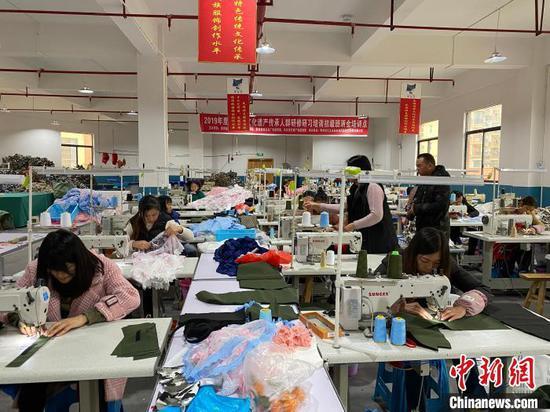 """图为贵州易地扶贫搬迁社区引进企业实现""""家门口""""就业。 刘鹏 摄"""