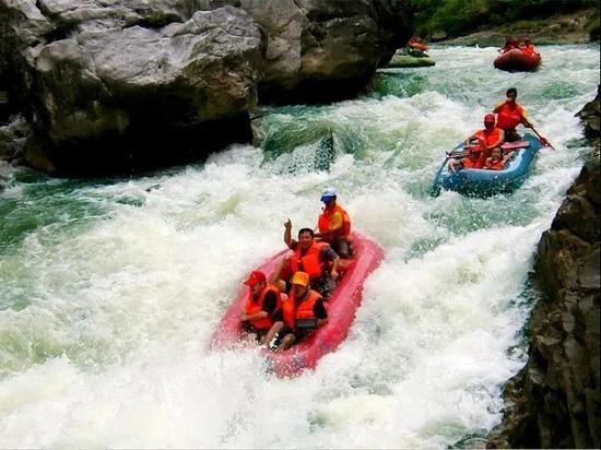 紧张刺激的水春河漂流