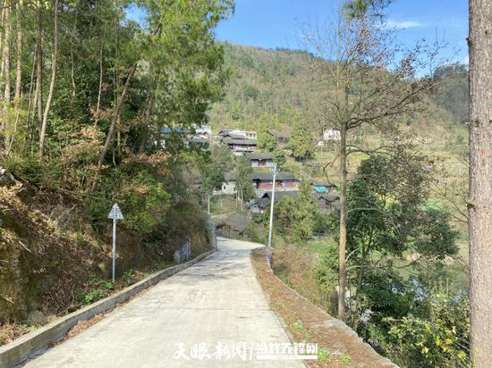 通组道路与青山相得益彰,处处成景。(摄影 葛永智)