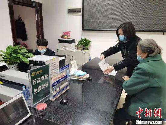 图为镇远县政务中心工作人员帮助老人办事。镇远县政务中心供图