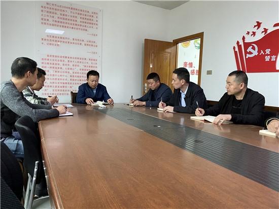 """龙门坳村支""""两委""""在商讨今年种植规划"""