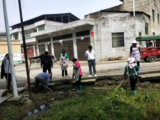 动员村民整治环境卫生。硐口村委供图
