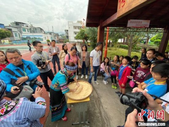 图为香港青少年观看布依族米线糖制作。 刘鹏 摄