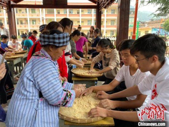 图为香港青少年体验米线糖制作。 刘鹏 摄