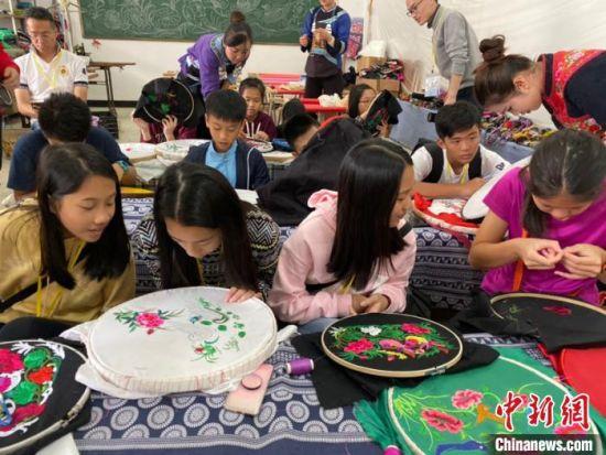 图为香港青少年体验和学习布依族刺绣。 刘鹏 摄