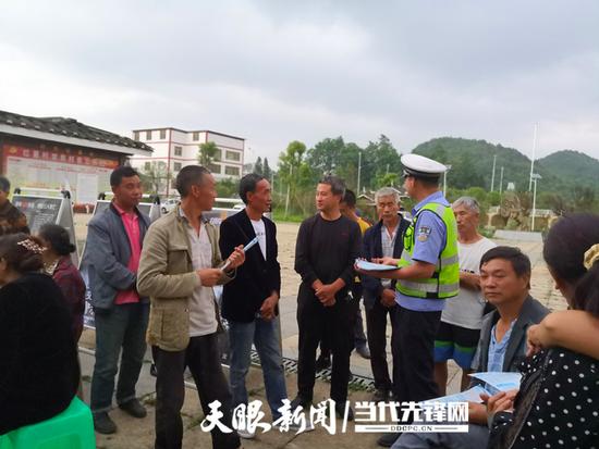 修文县红星村党支部开展交通安全知识宣传活动