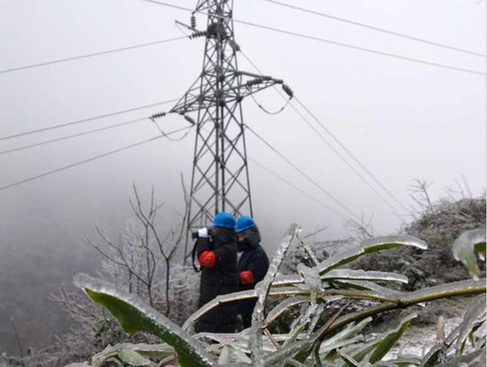凤冈供电局正在观测覆冰情况