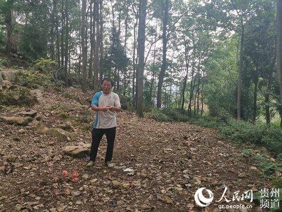 杨明华说,这是蚂蚁冲村民以前挑水吃的路,路面坑坑洼洼。李宇 摄