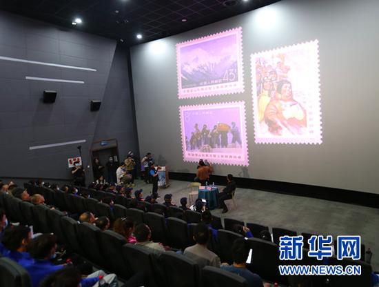 4月24日,观众在聆听攀登珠峰情况介绍、登山精神宣讲。新华网 黄勇 摄
