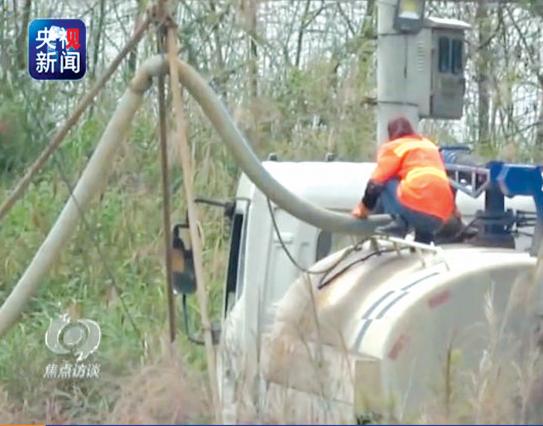 播州区的槽罐车将垃圾渗漏液排入下水井盖。 央视视频截图