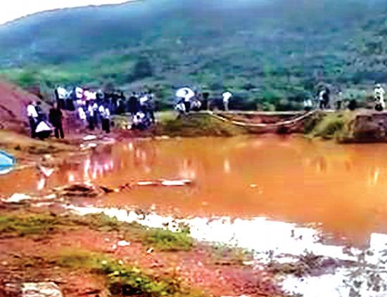 两名学生就溺亡在这个废水塘中