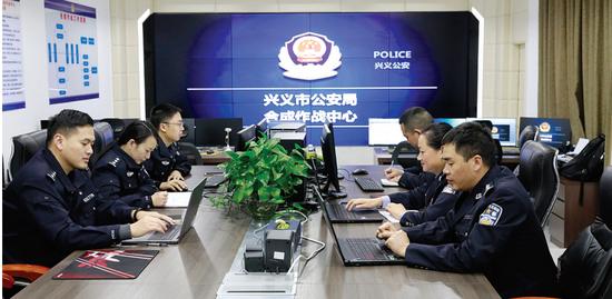 合成作战中心汇聚了警界精英。