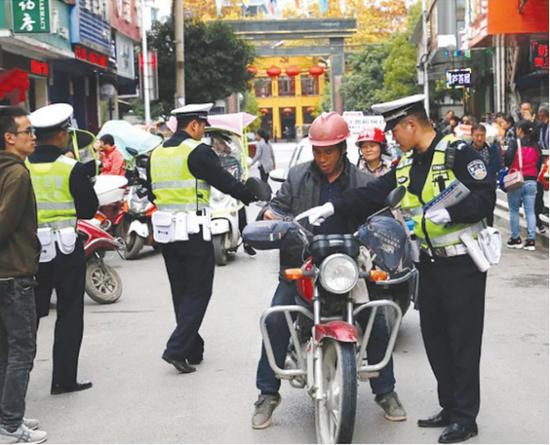 印江交警整治交通秩序。