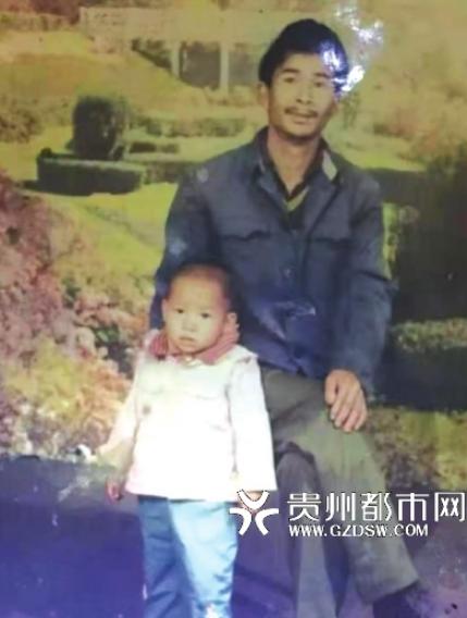 申某學一直留著跟兒子小時候的合影。