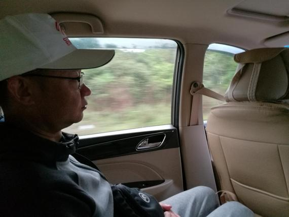 车友们乘车前往堂安