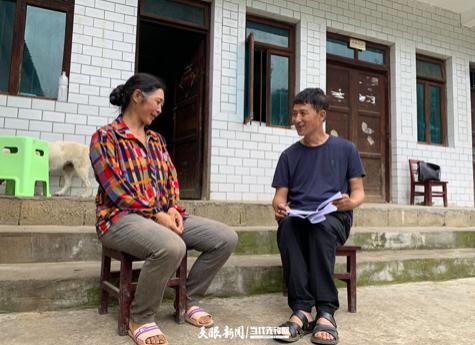 赵贵山(右)走访慰问贫困户