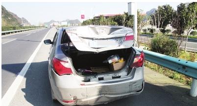 现代轿车超车违规变道,车尾被撞坏