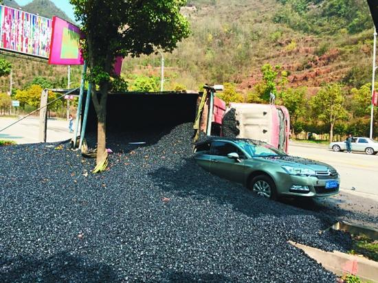 沥青埋住半辆轿车