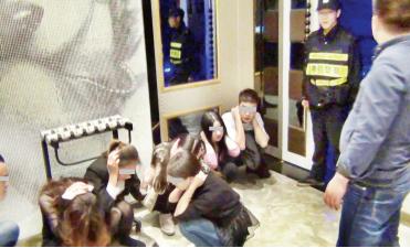 民警连夜对抓获的嫌疑人展开调查