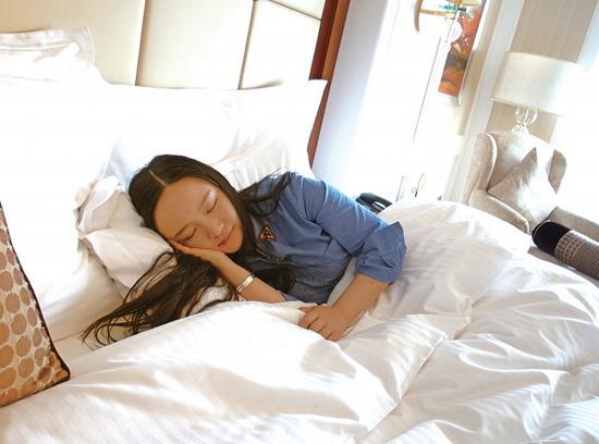 今年29岁的杨雨殊,是一名民间酒店试睡员。2011年夏天,她开始酒店试睡体验,并通过周刊、网站分享酒店试睡报告。2012年7月27日,她在一起微体验网站发布了一个关于上海马勒别墅体验的帖子,当日关注度过万。   随着在线旅游市场不断壮大,不少游客在出行前更倾向通过浏览旅游网站的海量评论来选择酒店。2009年,去哪儿网首次面向全球招募酒店试睡员,对酒店体验给予准确、专业的点评。2011年,五星级酒店以及主题、度假酒店开始纷纷招募民间试睡员,以试睡报告换取体验服务。也就是那一年,杨雨殊成为了民间